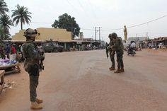 Soldados españoles en una rotonda de Bangui durante una patrulla (Trinidad Deiros).