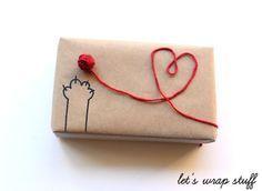Auch ohne Katzenpfote eine nette Idee für die Geschenke-Dekoration: einfach Packpapier und einen Rest roter Wolle (... oder grüner für ein Kleeblatt ... oder gelber für eine Sonne ... etc.)