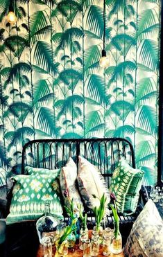 Beautiful green murals, it creates a tropical atmosphere in the room - Casas Bacanas - Le Petit Chouchou Deco Jungle, Estilo Tropical, Interior And Exterior, Interior Design, Kitchen Interior, Of Wallpaper, Pattern Wallpaper, Tropical Wallpaper, Unique Wallpaper
