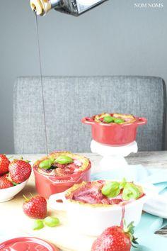 {#cocöttchenliebe} auflauf mit ziegenfrischkäse, erdbeeren und balsamico | casserole with soft goat cheese, strawberries and balsamic vinegar (vegetarian) ❤