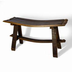 Este banco es un original complemento decorativo para jardines o para aquellos sitios a los que se desee aportar un detalle rústico y tradicional. Fabricado a partir de duelas de barrica de vino.