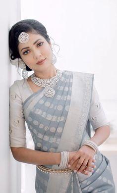 Whatt a style! Indian Bridal Outfits, Indian Bridal Fashion, Bridal Silk Saree, Silk Sarees, Banarasi Sarees, Saree Wedding, Lehenga, Trendy Sarees, Fancy Sarees