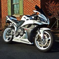 Not a CBR fan..but the color of this bike is awesome!