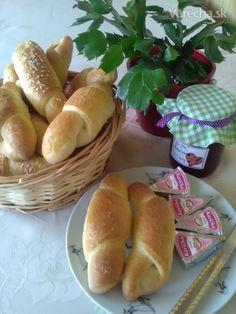 Prečo si neupiecť, doma len to treba skúsiť. Hot Dog Buns, Hot Dogs, Food And Drink, Cooking, Breads, Basket, Cuisine, Bread Rolls, Kitchen