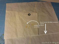 Segeltuch glatt ausbreiten und Mitte markieren. Außentasche ausrichten - www.made-in-minga.de Paper Shopping Bag, How To Make, Bags, Pocket Pattern, Sewing Patterns, Sew Mama Sew, Sew Dress, Smooth, Bags Sewing