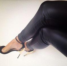 -shoes-gold+heel-strappy+heels-black-black+gold-fierce-open+toe.jpg (610×602)