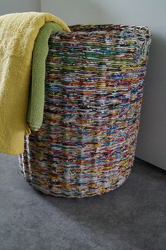 Discover thousands of images about laundry basket Newspaper Basket, Newspaper Crafts, Recycled Paper Crafts, Recycled Magazine Crafts, Recycled Magazines, Paper Basket Weaving, Rolled Paper Art, Diy Vintage, Paper Purse