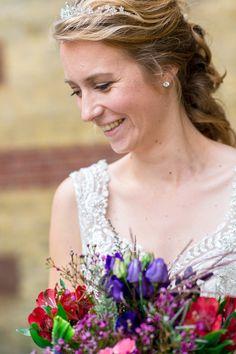 De bruiloft van Timo en Sanne begon in Stiens, vlakbij Leeuwarden. Sanne maakt zich klaar in het ouderlijk huis samen met haar vader, moeder en zussen.