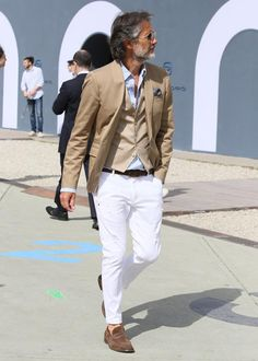 White chinos, brown suede loafers, blue shirt, beige blazer and waistcoat. Not trying to hard either. Nailed it. Sharp Dressed Man, Well Dressed Men, Stylish Men, Men Casual, White Chinos, White Pants Men, Older Mens Fashion, Moda Formal, Style Masculin