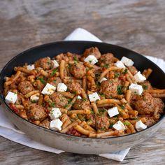 Paradicsomos húsgolyók fetával - GastroHobbi Feta, Curry, Mac, Cooking, Ethnic Recipes, Cucina, Curries, Kochen, Cuisine