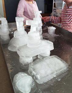 Spelen met ijs in de zand/watertafel