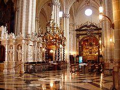 ... de la catedral. A la izquierda, capilla del Santo Cristo de la Seo