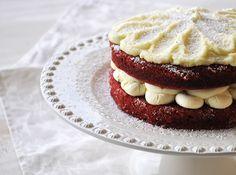 Red Velvet Cake (mais uma versão)Não sei explicar de onde vem a minha admiração pelos bolos red velvet, se é do interior vermelho, se é do c...