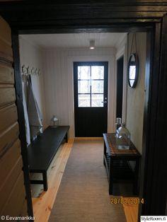 eteinen,sauna,tumma puu,pyyhekoukku,tyylikäs Mudroom, Corner Desk, Koti, Foyers, Furniture, Hallways, Cabins, Garage, Home Decor