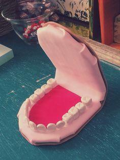 Enseñanza de higiene dental Teaching teeth cleaning Enseñanza sencilla y práctica del lavado de dientes. Puedes partir con una explicación de la importancia del lavado de dientes con apoyo de imágenes divertidas sobre las caries. Después puedes mostrar una dentadura y realizar el vado explicando los pasos. Al final entregarás a cada alumno una dentadura para que lo hagan por sí mismos. 2da parte. Realización de un lavado dental real retomando los pasos que practicamos con la dentadura.
