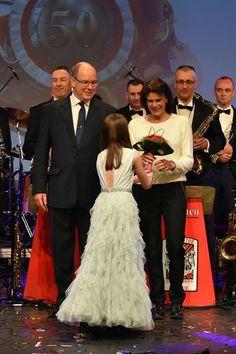Le prince Albert II de Monaco et ses sœurs, les princesses Caroline et Stéphanie ont célébré, mercredi 16 mars, les 50 ans des Carabiniers du prince.