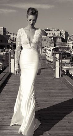 Not sure if I would be brave enough to wear a wedding dress with such a low cut. It is totally stunning :)