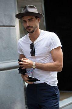 クルーネックTシャツの首にはサングラス - Google 検索