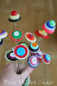 How to make a button flowers and a bouquet. Imagine this done with vintage buttons, could be very cool.