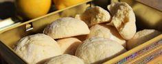 Pour une vingtaine de biscuits : 300 g de farine tamisée 125 g de sucre 100 g de beurre mou 1 œuf 1 citron non-traité (bio de préférence) 1 pincée de sel 1/2 sachet de levure sucre glace Dans le bol du robot ou dans un saladier, battre énergiquement l'œuf avec le sucre et la pincée de sel jusqu'à ce que le mélange blanchisse. . …