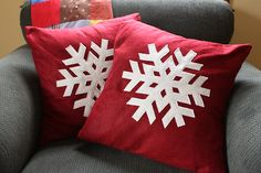 2. DIY Snowflake Pillows  #momselect  #yoursantastory