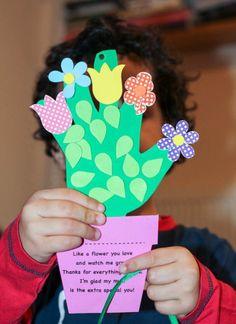 En el día de la madre, los alumnos harían una tarjeta con goma eva y la dedicarían una dedicatoria. La tarjeta sería una maceta con la mano de cada niño y en los dedos se dibujarían diferentes flores, también con este material