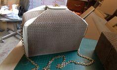 DA-(li-la) borsetta su disegno di Dalila Marazia, cartone e pelle con rivestimento interno, tracolla a catenella in ottone, bottone di chiusura a rotazione