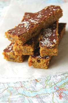 Barres sans cuisson : quinoa, carottes, tahin et amandes #vegan #vegetalien (en substituant le miel) Ingredients : 100 g de son d'avoine 80 g d'amandes 80 g d'huile de noix de coco 80 g de tahin complet 150 g de miel crémeux (lavande, coriandre...) 1 cuillère à café bombée de cannelle moulue 150 g de flocons de quinoa 150 g de carottes râpées 75 g de raisins secs 50 g de noix de coco râpée