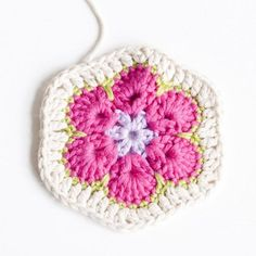 Näin virkkaat afrikankukan | Kodin Kuvalehti Crochet Motif, Free Crochet, Knit Crochet, Crochet African Flowers, Crochet Flowers, Knitting Patterns, Crochet Patterns, Owl Pillow, Diy And Crafts