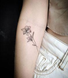 The Best Minimalist Tattoo Ideas - My Minimalist Living Tiger Lily Tattoos, Mom Tattoos, Friend Tattoos, Body Art Tattoos, Small Lily Tattoo, Small Foot Tattoos, Tattoos For Women Flowers, Foot Tattoos For Women, Lily Tattoo Sleeve