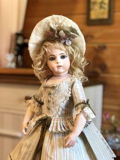 Antique Dolls, Vintage Dolls, Doll Dress Patterns, Antique Clothing, Bisque Doll, Child Doll, Flower Girl Dresses, Doll Dresses, Art Dolls