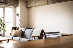 数ヶ月前に購入したハンス・J・ウェグナーのビンテージソファ。ファブリックは新調したそう。#M様邸板橋本町 #ソファ #ビンテージ #インテリア #EcoDeco #エコデコ #リノベーション #renovation #東京 #福岡 #福岡リノベーション #福岡設計事務所 Couch, Furniture, Home Decor, Settee, Decoration Home, Sofa, Room Decor, Home Furnishings, Sofas