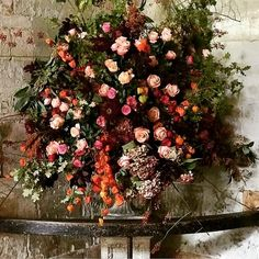 Your wedding flowers are actually an important part of your wedding ceremony. Before deciding, there are things you'll really have to fully understand. Discover ways to select the best flowers for your very special day. Tropical Floral Arrangements, Tropical Flowers, Flower Arrangements, Fall Wedding Colors, Autumn Wedding, Wedding Flowers, Princesa Eugenie, Eugenie Wedding, Leaf Projects