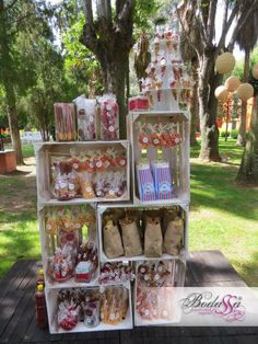 Mesas de dulces usando cajas de madera Tables of sweets with wooden boxes - Dale details Candy Table, Candy Buffet, Bar A Bonbon, Candy Cart, Party Decoration, Mexican Party, Snacks Für Party, Wedding Candy, Dessert Buffet