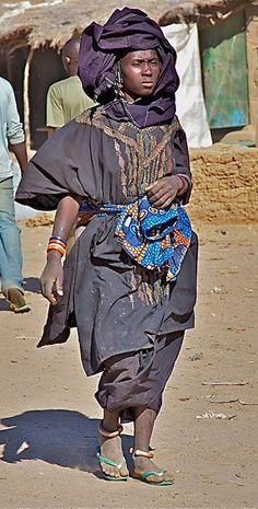 Africa | Bella woman at the market.  Niger | ©Annie Leroy (Note from me [feronia] Bella is the word French colonists used to describe Tuareg peoples back in the day.)