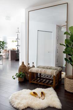 Mirror Decor Living Room, Boho Living Room, Interior Design Living Room, Living Room Artwork, Classy Living Room, Wall Decor, Dressing Room Design, Minimalist Room, Home And Deco