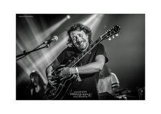 Bert Dockx vol passie bezig op de gitaar