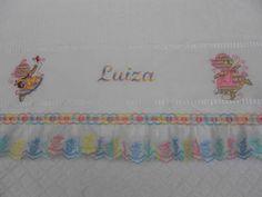Toalha de banho bordada personalizada com nome e desenho. Acabamento em lese e passa fita R$ 50,00