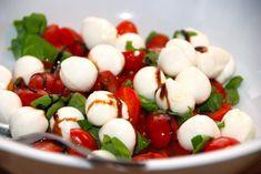 Salat med mozzarella og tomater via Easy Salad Recipes, Easy Salads, Crab Stuffed Avocado, Cottage Cheese Salad, Salad Dishes, Tomato Vegetable, Roasted Meat, Dinner Salads, Feta