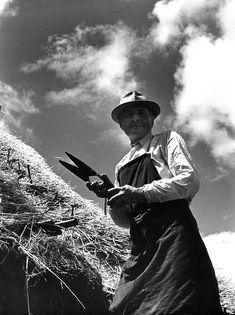 Robert Doisneau - Craftsmen // Yves Cronne, couvreur en paille à Saint-Piat (Eure et Loir) Juin 1965