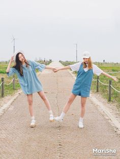 Korean Fashion Similar Look Pin by Aki Warinda Best Friend Outfits, Best Friend Pictures, Ulzzang Fashion, Ulzzang Girl, Korean Couple, Korean Girl, Korean Best Friends, Korean Photo, Bff Girls