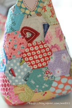 퀼트 / 손바느질 / 퀼트가방 / 핸드메이드 ] 알록달록 76조각 가방~~~ : 네이버 블로그 Quilted Bag, Diy And Crafts, Coin Purse, Patches, Handbags, Quilts, Blanket, Purses, Sewing