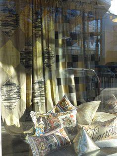 #Herbst Schaufenster mit goldig glänzenden Stoffen von Zimmer + Rohde und Kissen von #Lacroix   #Designserguild #Zimmerandrohde #Dekoration #Wohnaccessoires