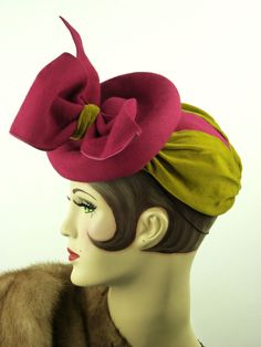 VINTAGE HAT 1940s BEAUTIFUL FELT TILT TOPPER IN BRIGHT FUSHIA & GOLD VELVET, USA