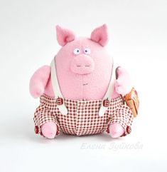 год свиньи Sock Toys, Felt Toys, Chicken Crafts, Handmade Stuffed Animals, Felt Mobile, Mini Pigs, Monster Dolls, Cute Toys, Animal Pillows