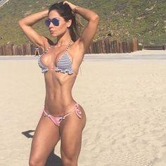 Mayra Cardi exibe curvas e barriga negativa em foto de biquíni