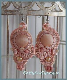 Barack aszimmetrikus sujtás fülbevaló - tekert - peach soutache asymmetrical earrings - wrapped Shibori, Drop Earrings, Pink, Jewelry, Fashion, Soutache Jewelry, Neutral Colors, Earrings, Accessories