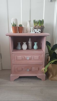 Pretty in pink ! Leuk nachtkastje ook van www.boodstyling.nl