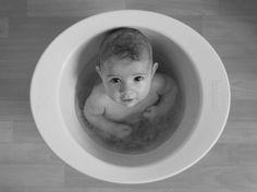 la shantala : C'est une baignoire en forme de bassine / pot de fleur, dans laquelle le bébé se met plus ou moins en position foetale