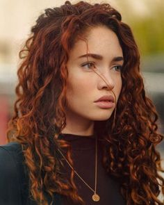 Copper-Gold ❤ Red hair is really cool, but it's very important to choose the right shade for your complexion. See our popular shades of r. Beauty Hacks For Teens, Costume Noir, Red Brown Hair, Red Curls, Model Foto, Auburn Hair, Grunge Hair, Curly Hair Styles, Curly Red Hair